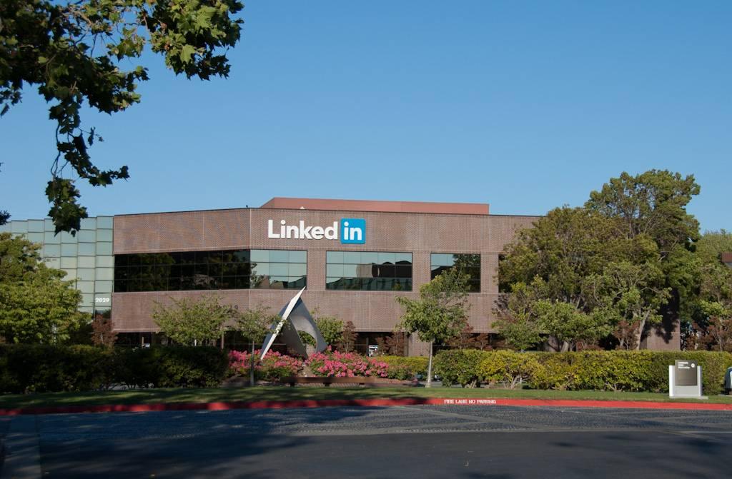 Акции ИТ-гиганта Microsoft на максимумах после одобрения покупки LinkedIn